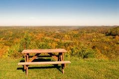 Tabella di picnic nella scena di autunno Fotografia Stock Libera da Diritti