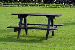 Tabella di picnic su erba fotografie stock