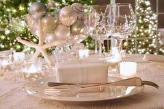 Tabella di pranzo elegante illuminata di festa Immagine Stock