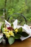Tabella di pranzo nel giardino immagine stock libera da diritti