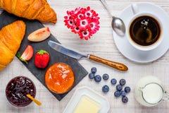 Tabella di prima colazione con caffè ed il croissant Immagini Stock Libere da Diritti