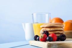 Tabella di prima colazione dei pancake e della frutta Fotografia Stock Libera da Diritti