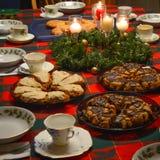 Tabella di prima colazione di Natale con le focaccine al latte immagine stock