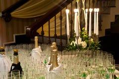 Tabella di ricezione con le candele ed i vetri bianchi Immagini Stock