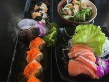 Tabella di Salmon Gourmet Set Serving On immagini stock libere da diritti