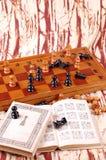 Tabella di scacchi e libro di scacchi Immagini Stock Libere da Diritti