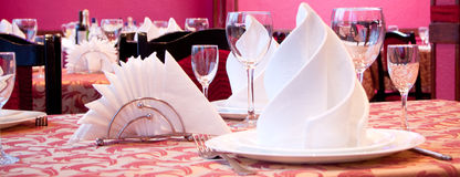 Tabella di servire in ristorante Fotografia Stock Libera da Diritti