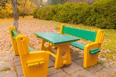 Tabella e banchi nel parco di autunno Fotografia Stock