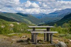 Tabella e banco al punto di vista della montagna, Norvegia Fotografie Stock Libere da Diritti