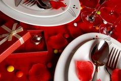 Tabella e fedi nuziali di pranzo romantiche Fotografie Stock Libere da Diritti