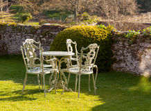 Tabella e presidenze del giardino su prato inglese Fotografia Stock Libera da Diritti