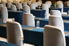 Tabella e presidenze della sala per conferenze Fotografia Stock