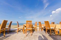 Tabella e presidenze della spiaggia con cielo blu fotografie stock