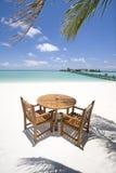Tabella e presidenze sulla spiaggia Fotografia Stock Libera da Diritti