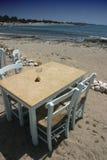 Tabella e presidenze sulla spiaggia Fotografia Stock
