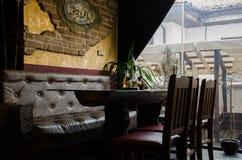 Tabella e presidenze in un ristorante Fotografia Stock