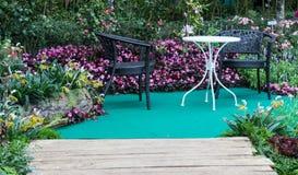 Tabella e sedia in barriera del giardino fotografia stock