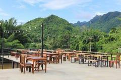 Tabella e sedie al terrazzo con la foresta Fotografia Stock Libera da Diritti