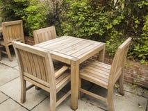 Tabella e sedie all'aperto sul patio di pietra Fotografie Stock