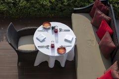 Tabella e sedie in caffè vuoto dopo la spiaggia, vista superiore thailand fotografia stock