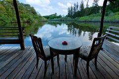 Tabella e sedie con la vista del lago Immagini Stock Libere da Diritti