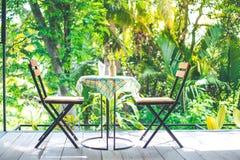 Tabella e sedie di legno con acciaio nella caffetteria, piano d'appoggio Immagine Stock Libera da Diritti