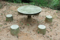 Tabella e sedie di pietra nel parco di Coloane fotografia stock