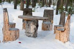 Tabella e sedie fatte dei tronchi di albero Immagine Stock Libera da Diritti