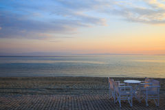 Tabella e sedie nel primo mattino della barra all'alba dello spirito di giorno Fotografia Stock Libera da Diritti