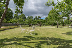 Tabella e sedie nel vecchio giardino Fotografia Stock