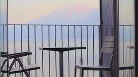 Tabella e sedie sul balcone stock footage