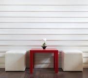 Tabella e sgabelli rossi Fotografie Stock