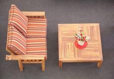 Tabella e sofà a strisce Immagini Stock