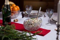 Tabella festiva Olivie russo tradizionale dell'insalata sulla tavola di natale Immagini Stock