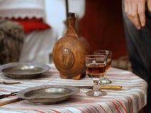 Tabella impostata con i piatti ed il vino immagini stock