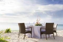 Tabella installata sulla spiaggia tropicale Immagine Stock