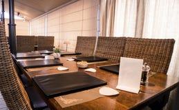 Tabella lunga con il ` s del menu del ristorante Fotografie Stock