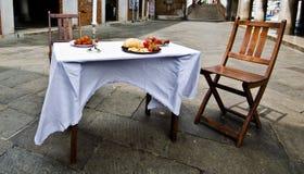 Tabella messa con le sedie Fotografia Stock