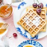 Tabella messa per la prima colazione con le cialde e le bacche Fotografia Stock