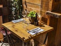 Tabella nel ristorante all'aperto con i bicchieri di vino fotografie stock libere da diritti