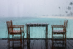 Tabella per due, in un giorno piovoso in Maldive immagini stock