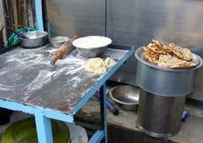 Tabella per la preparazione della focaccia al ristorante di streetside a Delhi, I Fotografia Stock Libera da Diritti