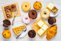 Tabella in pieno dei dolci, dei dolci e dell'alimento del dessert Fotografie Stock Libere da Diritti