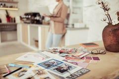 Tabella in pieno delle immagini di moda e degli schizzi differenti fotografie stock