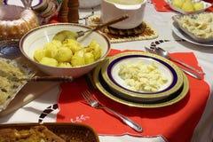 Tabella in pieno di alimento Fotografie Stock