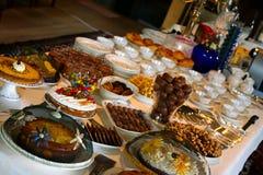 Tabella in pieno di alimento delizioso Fotografia Stock Libera da Diritti