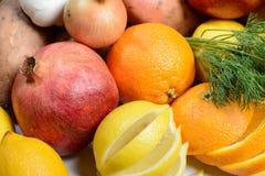 Tabella in pieno di frutta e delle verdure Fotografie Stock Libere da Diritti