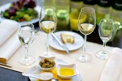 Tabella pranzante coperta con la vittoria Fotografie Stock