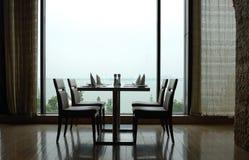 Tabella pranzante dalla finestra Fotografie Stock Libere da Diritti