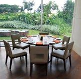 Tabella pranzante rotonda con la vista del giardino Fotografie Stock